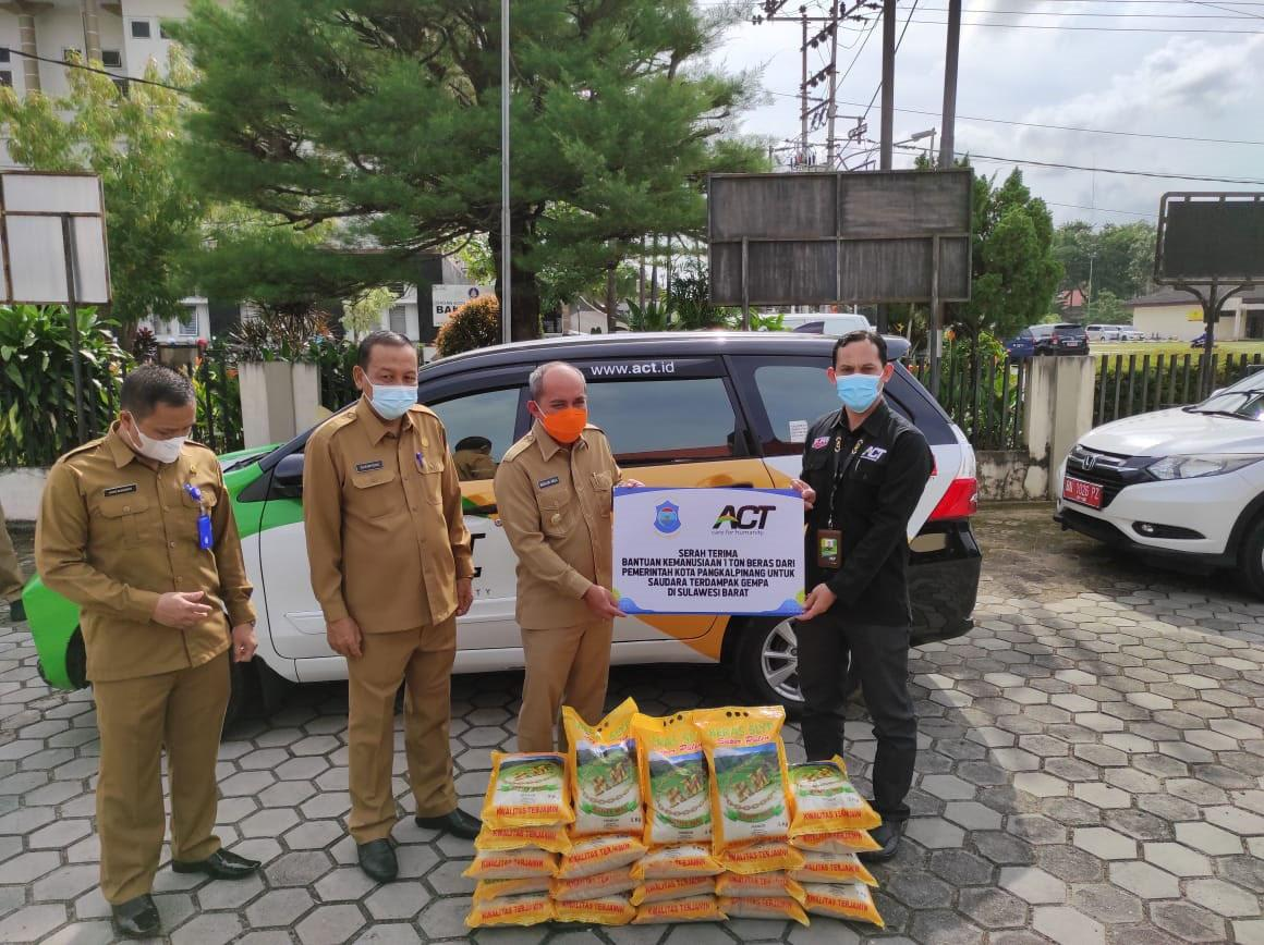 Wali Kota Pangkalpinang Serahkan Bantuan 1 Ton Beras untuk Masyarakat Sulbar