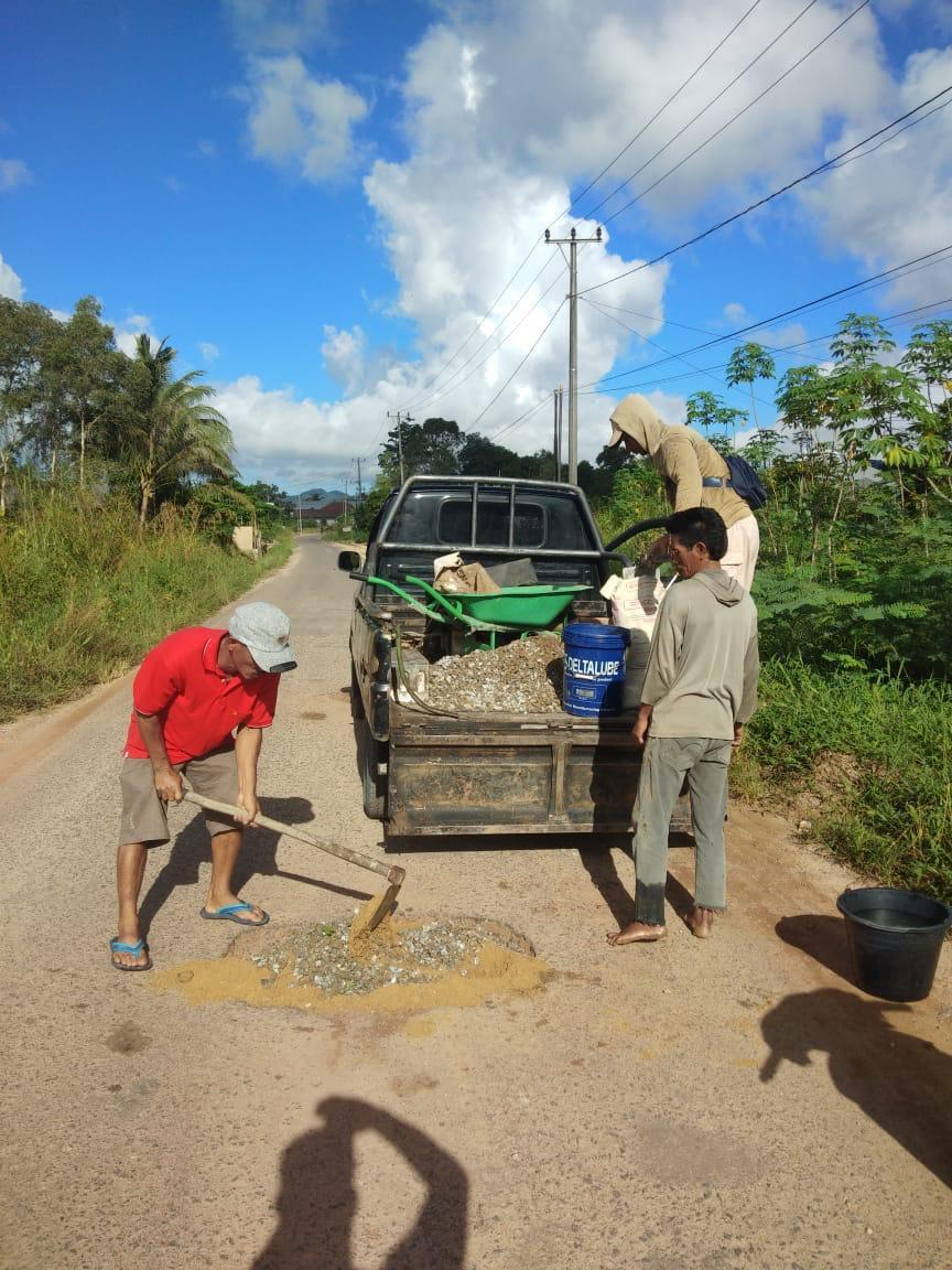 Wujudkan Pancasila Dalam Tindakan, Warga Desa Jeruk Gotong Royong Perbaiki Jalan Rusak